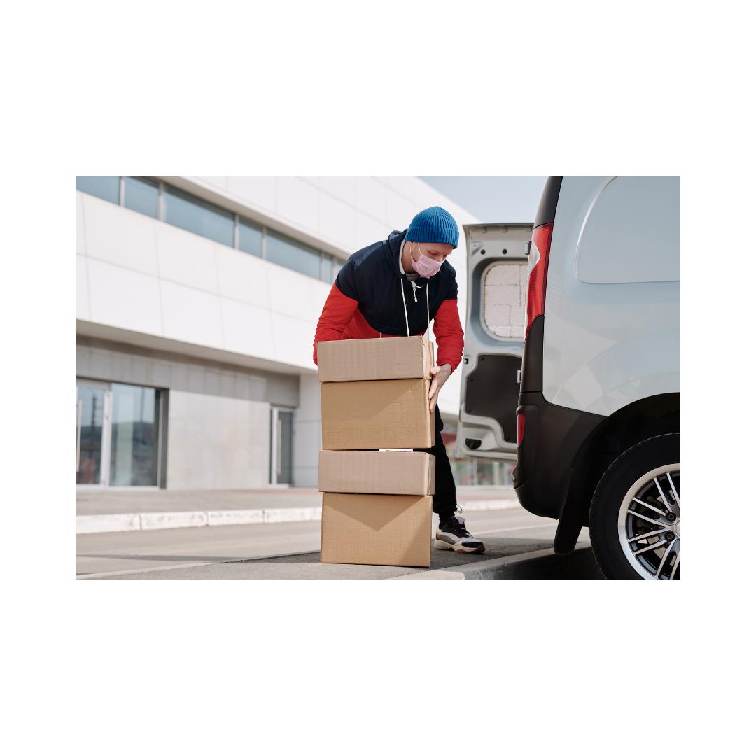 宅配用荷物を積む男性